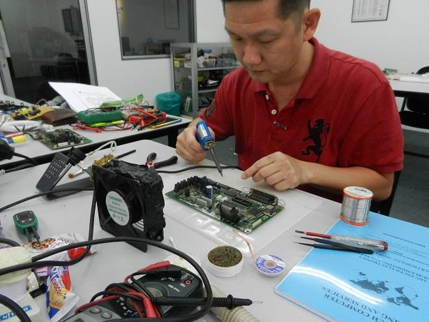 membaiki motherboard