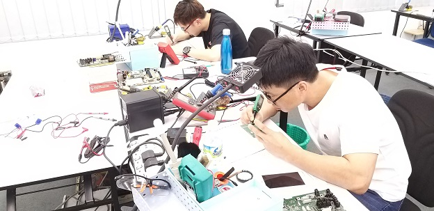 china student study electronics repair course