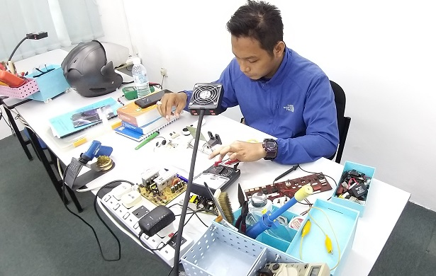 electronics repair course attended by UMMC staff