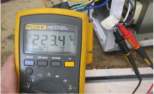 fluke meter check voltage