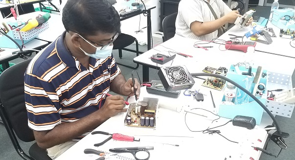rawang students attend electronics repair course